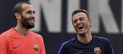Aleix Vidal y Luis Enrique bromean durante un entrenamiento. Foto: Mundo Deportivo.