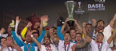 Los jugadores del Sevilla FC celebran la Copa de Europa League