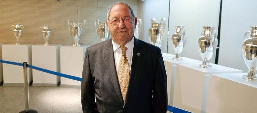 Francisco Gento posa con las Copas de Europa del Real Madrid. Foto: Real Madrid.