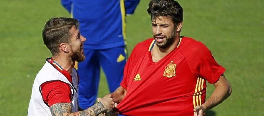 Ramos y Piqué bromean durante un entrenamiento con España. Foto: @marca.