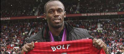 Bolt posa con una camiseta del Manchester United. Foto: Twitter.