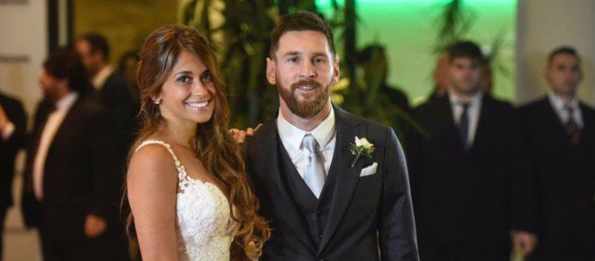 Messi y Antonella posan para los fotógrafos el día de su boda. Foto: CNN Español.