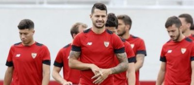 Foto: Vitolo (centro) durante un entrenamiento con su anterior club, Sevilla FC