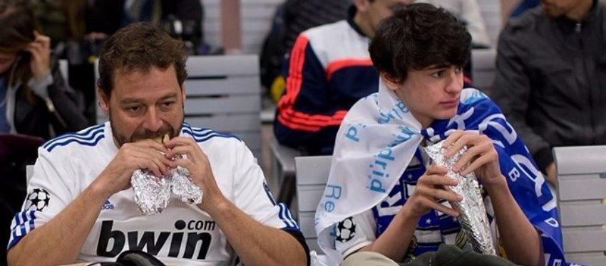 Dos aficionados del Madrid disfrutando del tradicional bocadillo. Foto: Getty Images.