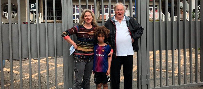La familia Schnepf, a las puertas del Camp Nou. Foto: Twitter.
