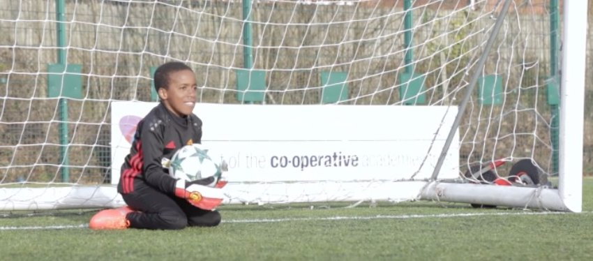 Las rodillas son los pies de Samuel, un ejemplo de cómo no rendirse nunca. Foto: Youtube.