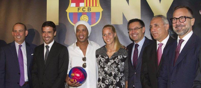 Raúl, junto a la expedición del Barça el pasado mes de septiembre. Foto: La Vanguardia.