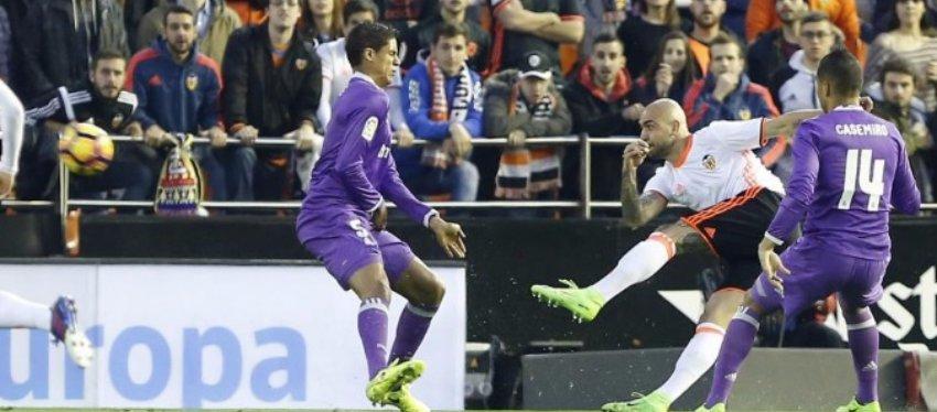 Zaza inauguró el marcador en Mestalla con una gran volea. Foto: @Marca.