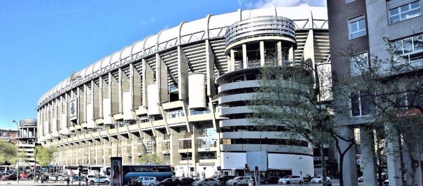 El estadio Santiago Bernabéu, pocas horas antes del Clásico. Foto: @agentebernabeu.