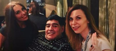 Maradona y Ekaterina Nadolskaya, a su derecha. Foto: Twitter.
