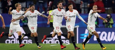 El Sevilla celebra un empate que le supo a gloria. Foto: Twitter.