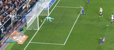 El disparo de Leo Messi entró claramente en la portería de Neto. Foto: Twitter.