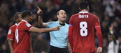 Mateu Lahoz fue uno de los protagonistas inesperados del partido entre el Madrid y el Sevilla. Foto: Marca.