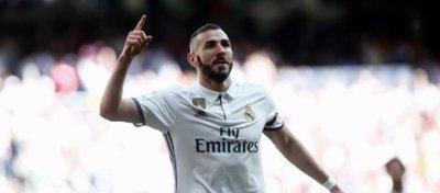 Benzema abrió el marcador para el Real Madrid a la media hora. Foto: Twitter.