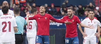 Los jugadores de Osasuna mostraron su descontento por la actuación de Estrada Fernández. Foto: Osasuna.