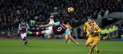 Carroll enganchó la pelota a las mil maravillas para recentar la portería del Crystal Palace. Foto: Twitter.