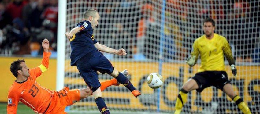Iniesta marca el gol de todos los españoles. Foto: Twitter.