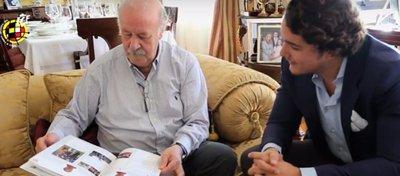Del Bosque recibe el libro de manos de la Real Federación Española de Fútbol. Foto: RFEF.