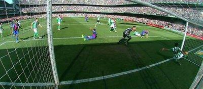 Como se puede ver en las imágenes, el balón de Jordi Alba cruza la línea de gol completamente. Foto: Twitter.