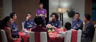 Varios jugadores del Madrid se sentaron a la mesa para celebrar el Año Nuevo chino. Foto: Youtube.