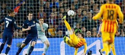 Leo Messi intenta una chilena ante el Atlético de Madrid. Foto: Diario Uno.