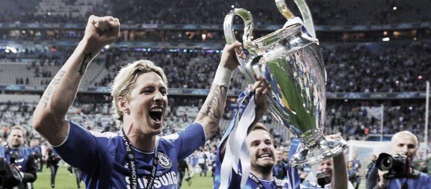 Fernando Torres levanta la Champions League junto a Juan Mata. Foto: Vavel.