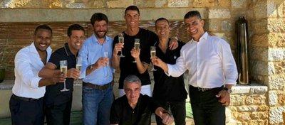 Cristiano Ronaldo posa Andrea Agnelli, Jorge Mendes y otros miembros de su equipo. Foto: Twitter.