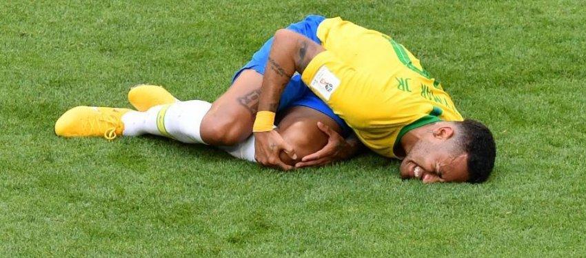 Neymar, criticado por su excesivo teatro. Foto Twitter.