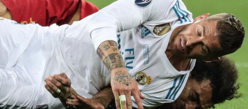 Ramos y Salah, en el lance que acabó con la lesión del jugador egipcio. Foto: Twitter.