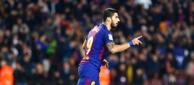 Suárez buscó la quinta amarilla ante el Girona pero el árbitro no se la sacó. Foto: LaLiga.