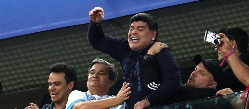 Maradona estuvo en su salsa un día más. Foto: Twitter.