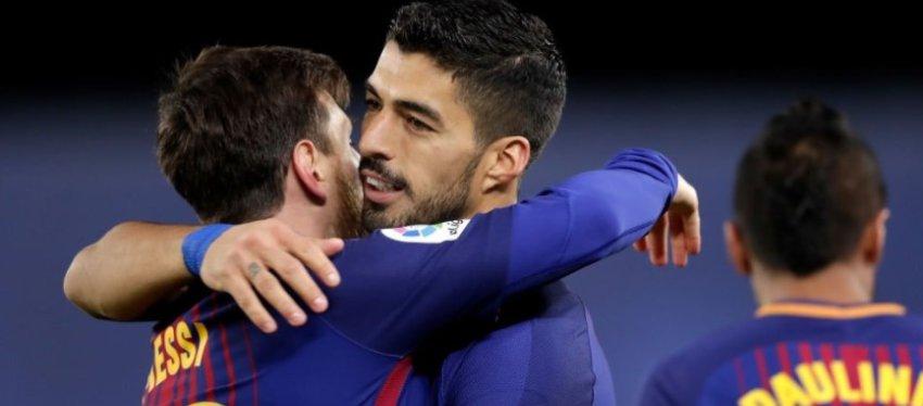 Leo Messi y Luis Suárez se abrazan tas la victoria en Anoeta. Foto: Sports Center.