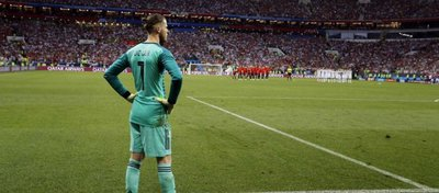 De Gea observa la tanda de penaltis ante Rusia. Foto: Twitter.