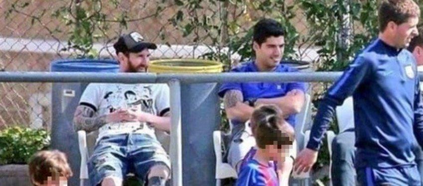 La imagen de Messi y Luis Suárez viendo a sus hijos jugar que se ha vuelto viral