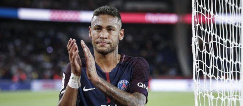 Neymar aplaude a la grada. Foto: Twitter.