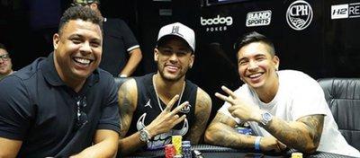 Neymar 'celebra' el título del PSG jugando al poker