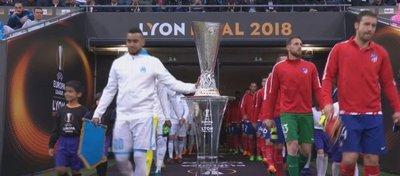 Payet toca la copa antes de la final. Foto: Twitter.