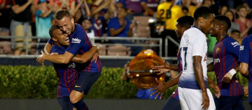 Arthur celebra junto a Rafinha su gol ante el Tottenham. Foto: Twitter.
