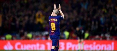 Iniesta se retira ovacionado en la final de la Copa del Rey. Foto: Mundo Deportivo.
