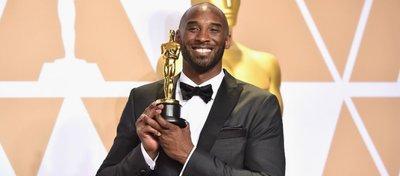 Kobe Bryant, tras ganar el Oscar al mejor corto de animación. Foto: Marca Basket.