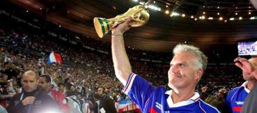 Didier Deschamps, levantando la Copa del Mundo en 1998. Foto: Twitter.