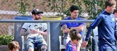 Messi y Suárez viendo a sus hijos. Foto: Twitter (@vicentemarcador)