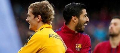 Griezmann y Luis Suárez se saluda en un partido entre Atlético y Barça. Foto: Mundo Deportivo.