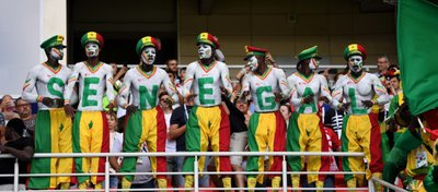 La afición de Senegal anima a su equipo en el choque ante Polonia. Foto: Twitter.