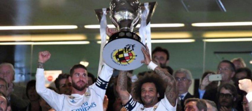 Ramos y Marcelo recogen el título de la pasada Liga 89 días después de haberlo ganado. Foto: Bernabéu Digital.